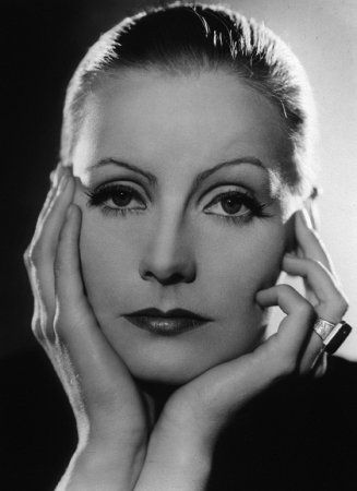 40'lı yıllarda ince kaşlar modaydı. Bir ilahe olan Greta Garbo'nun kaşları neredeyse tamamen alınmıştı. O döneme damgasını vuran Garbo'nun ince kaşları, ona kadınsı bir hava katmasa da ona çok çarpıcı bir görüntü veriyordu.